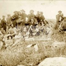 Foto grupal de paseo campestre con chumbivicanos indios y mestizos