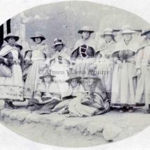 Foto grupal de mujeres en traje de campesinas arequipeñas