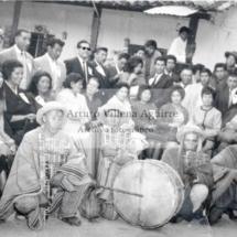 Foto grupal de mestizos e indios chumbivilcanos