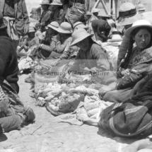 Campesinas del piso queswa vendiendo maíz en feria dominical: véase los rasgos mestizos, años 60. Foto: Arturo Villena.