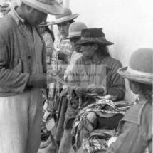 Feria dominical, venta de cintillos de sombreros, años 60. Foto: Arturo Villena