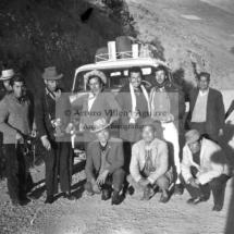 Foto grupal de mestizos jóvenes en carretera