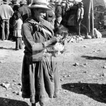 Mujer campesina con niño en Chumbivilcas