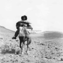 Niño, qorilazo, campesino, en los llanos de Colquemarca
