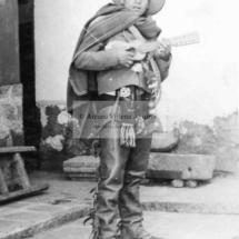 Cayo Negrón Aramburú con el traje de qorilazo de Pancho Gómez Negrón